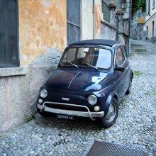 Fiat 500 kādā Menaggio ieliņā